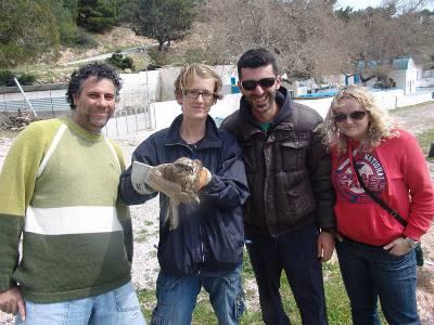 Φίλοι και μέλη της Ζωοφιλικής κατά την απελευθέρωση 2 γερακίνων στην Κέφαλο